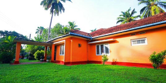 5 bedroomed Deco style house close to beach.