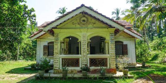 Midigama Antique house with large land